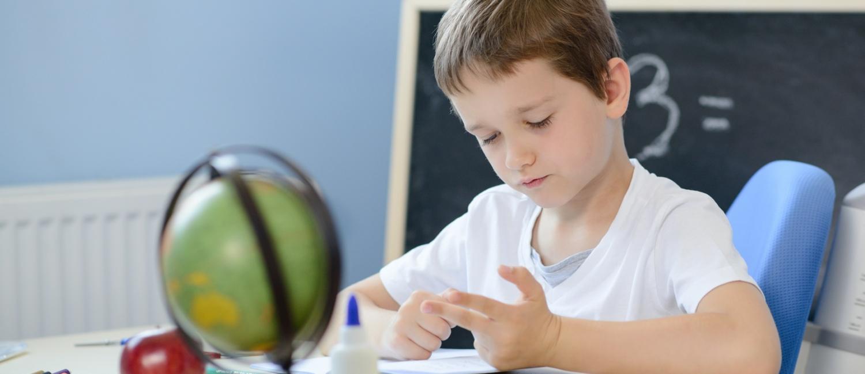 7 jähriger Schüler beim Rechnen und Zählen